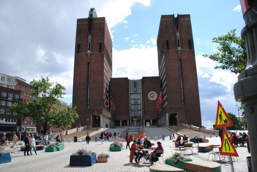 Der neue Stefan Kübler und das Rathaus von Oslo.