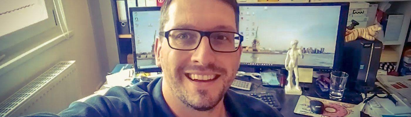 Stefan Kübler sitzt in seinem Arbeitszimmer im Computer