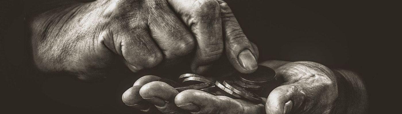 Alte Hände zählen Geldmünzen