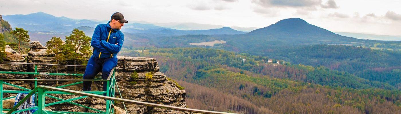 Stefan Kübler sitzt auf einem Berg in Tschechien