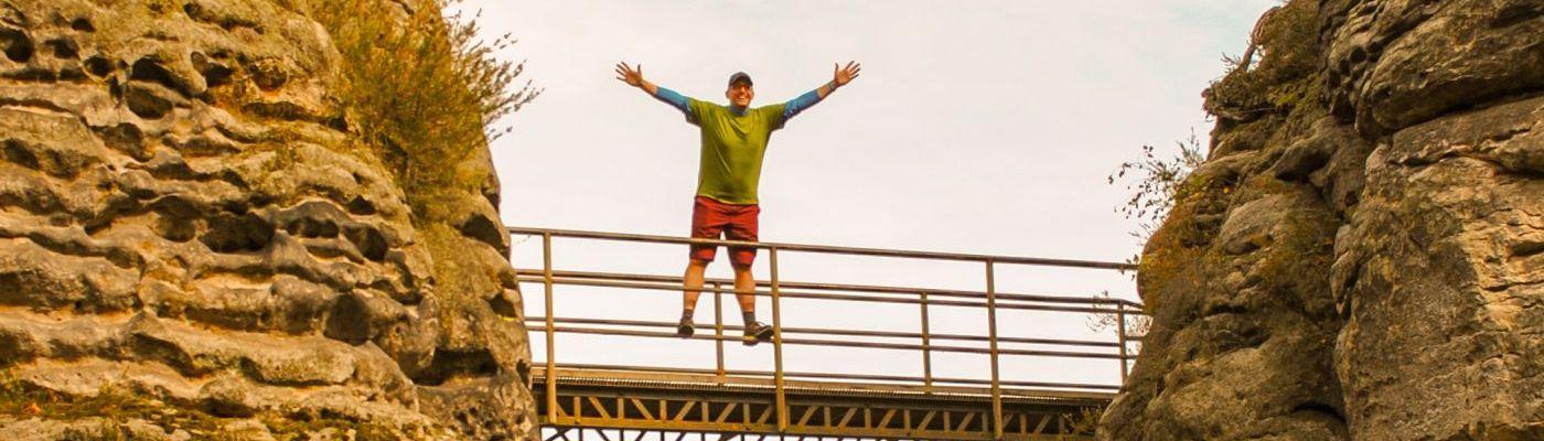 Der neue Stefan Kübler im Elbsandsteingebirge auf einer Brücke.
