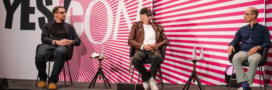 Stefan Kübler auf der Bühne der Yes Con 2020 neben Peter Schilling und Alexander Greiner.