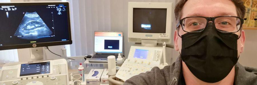 Der neue Stefan Kübler im Behandlungszimmer seines Urologen mit Ultraschallgerät.