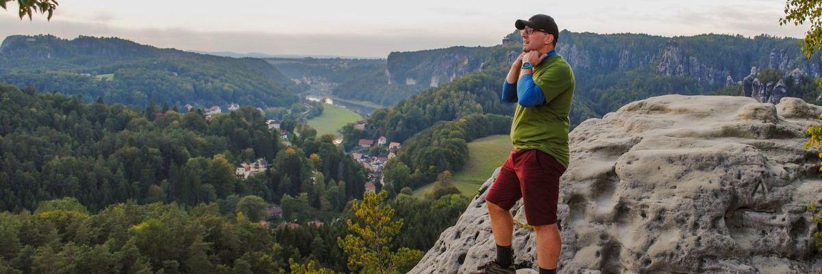 Der neue Stefan Kübler steht auf einem Berg und blickt in die Ferne.