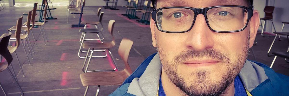 Der neue Stefan Kübler sitzt im Wartebereich seines Impfzentrums.