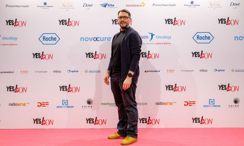 Stefan Kübler bei der Yescon 2020 in Berlin auf dem Roten Teppich vor der Medienwand.