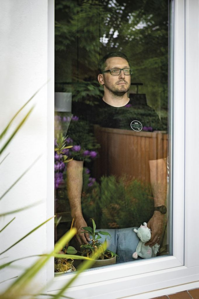 Stefan Kübler steht am Fenster und schaut in die Ferne.