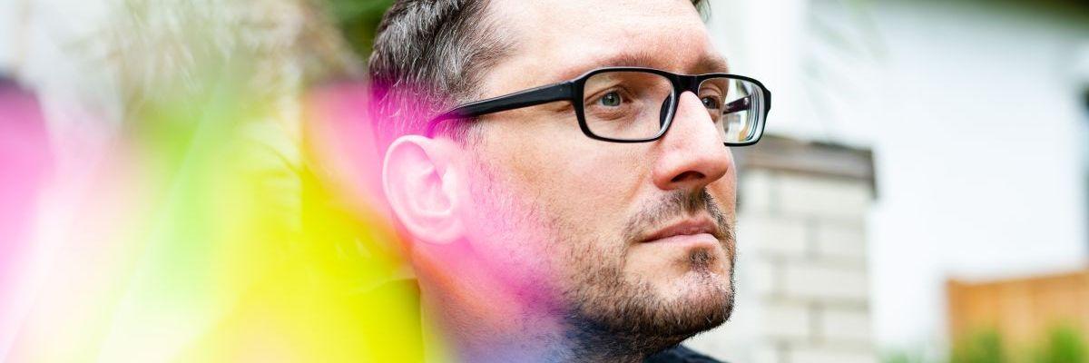Stefan Kübler mit Farbeffekt schaut in die Ferne.